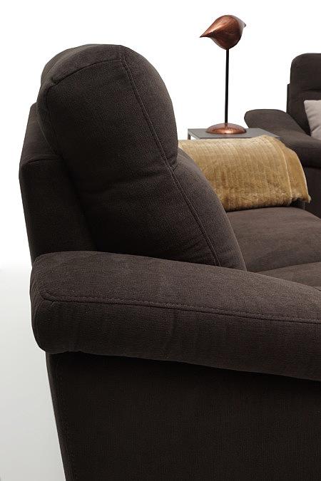 Bolero2 detale wykonania i faktura tkaniny obicia brązowej sofy