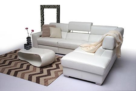 Giano aranżacja wystróju salonu z eleganckim białym narożnikiem