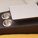 Infinity detal wykonania uchwyt na kubki i podstawka w sofie