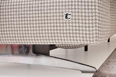 Infinity detal wykonania wysokie metalowe nogi w sofie