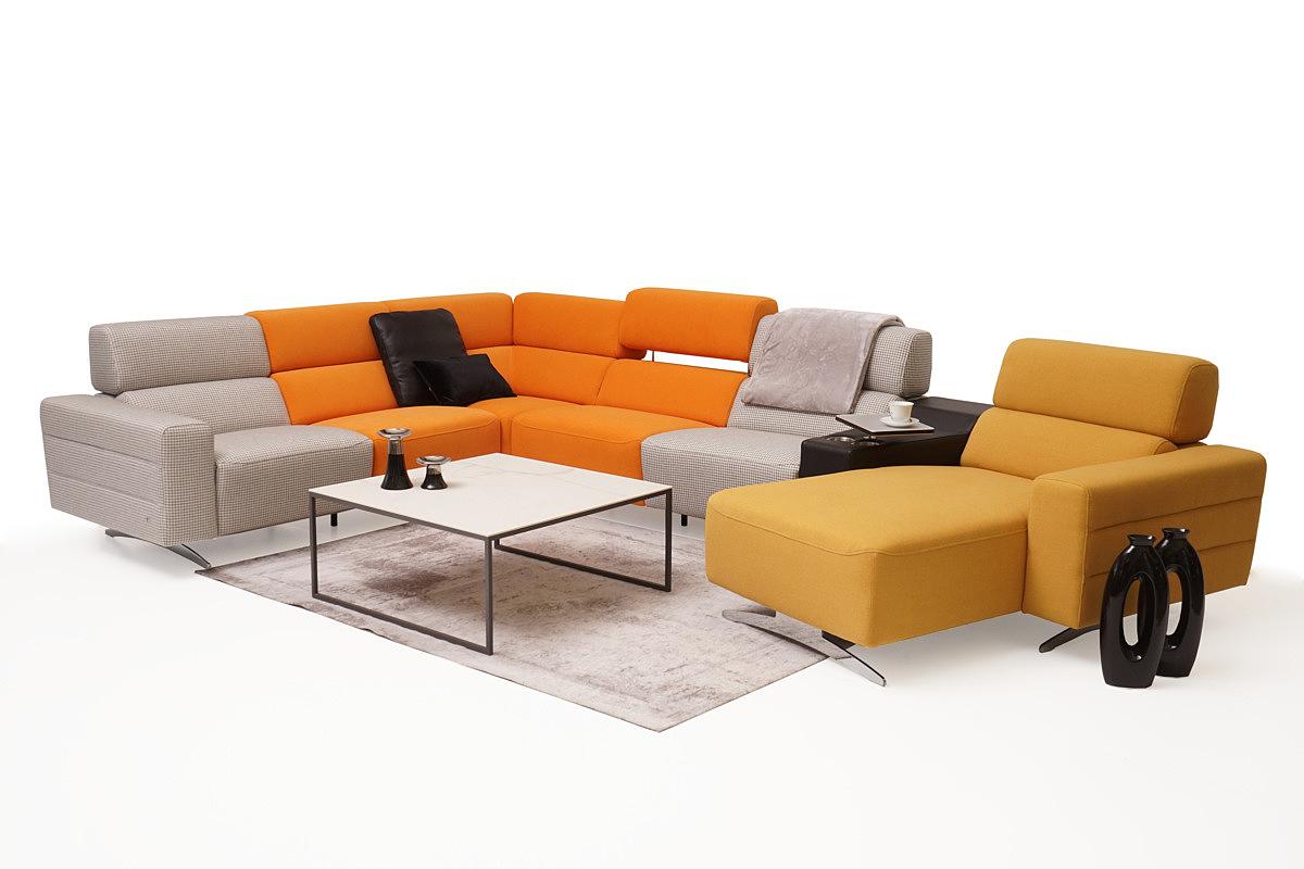 Infinity pomysł na salon z kolorową sofą kolor szary pomarańczowy