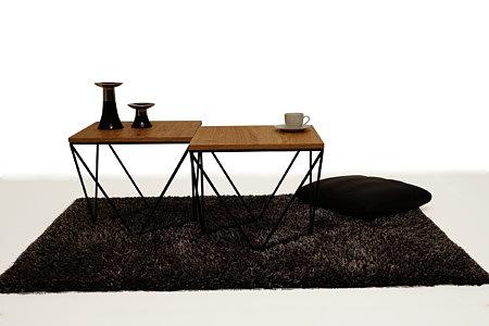 LB11 czarny dywan z długim włosiem ława metalowa kwadratowa