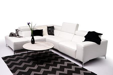 Longo biała nowoczesna sofa na eleganckich nogach metalowych