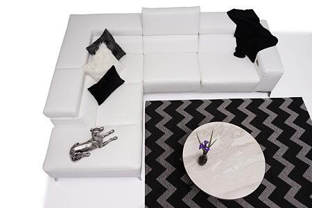Longo biały nowoczesny narożnik aranżacja salonu z ciemnym dywanem