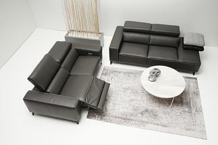 Longo przykładowa aranżacja salonu eleganckie sofy skórzane stolik okrągły