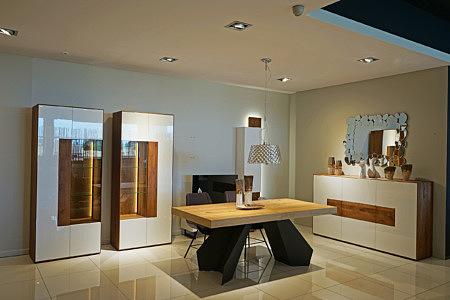 Manhattan - eleganckie meble do salonu, białe fronty lakierowane na wysoki połysk, korpusy i wnętrza szafek fornirowane dąb sękaty w kolorze naturalnego drewna