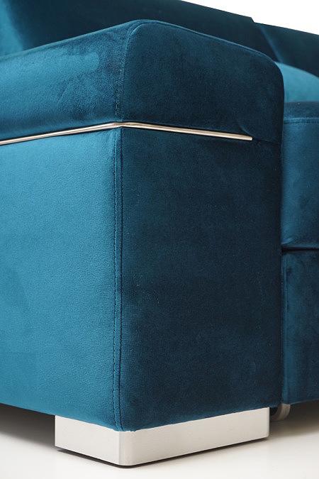 Onex bok narożnika z ozdobną metalową listwą i solidną nogą