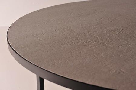 śliczna ława ze spiekiem kwarcowym odporny na zadrapania szary beton