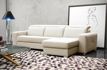 Drift - elegancki biały narożnik skórzany z wygodnym spaniem, idealny do nowoczesnego salonu, siedzisko pikowane, metalowe nogi, regulowane zagłówki