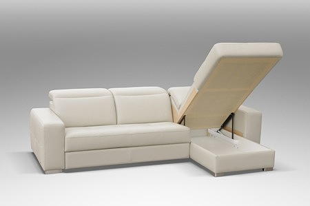 Drift - piękny biały narożnik skórzany do salonu z pojemnikiem na pościel i spaniem, prezentacja otwartego pojemnika na pościel zabudowanego w module otomany
