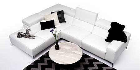 Longo salon z nowoczesną białą sofą stolik spiek marmur