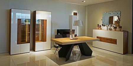 Manhattan - elegancki zestaw mebli do salonu, biała meblościanka, fronty białe lakierowane na wysoki połysk, korpusy i wnętrza szafek fornirowane dąb sękaty szczotkowany