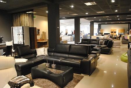 Ekspozycja mebli wypoczynkowych skórzanych w salonie meblowym TC meble we Wrocławiu