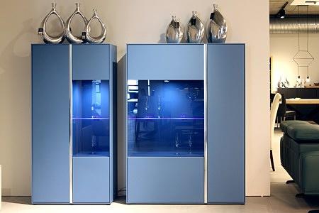 Laguna - jasne niebieskie błękitne meble lakierowane do salonu wnętrza szafek także są lakierowane