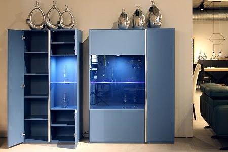 Laguna - meble lakierowane szaro-niebiieskie fronty i intensywne niebieskie wnętrza szafek