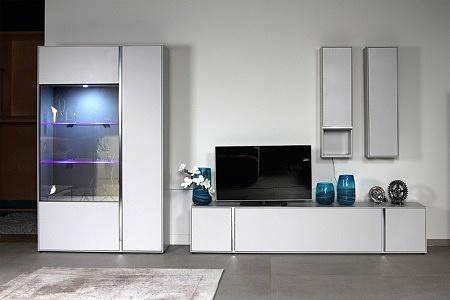 Laguna - nowoczesna meblościanka do salonu delikatnie szara jasna lakierowane podświetlane szafki metalowe elementy ozdobne ze stali szczotkowanej