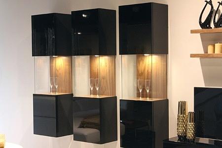 Zeus - eleganckie szafki wiszące w czarnym wysokim połysku, podświetlone, z przeszkleniem i efektownym wykończeniem okleiną w kolorze orzech amerykański