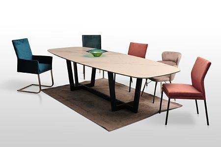 Duży stylowy harmonijny stół ze spieku na metalowej czarnej nodze