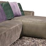 Flavio - elegancki design narożnika do salonu, elegancka nowoczesna tkanina obiciowa w kolorze brązowym, poduszki fioletowe i w kolorze butelkowej zieleni