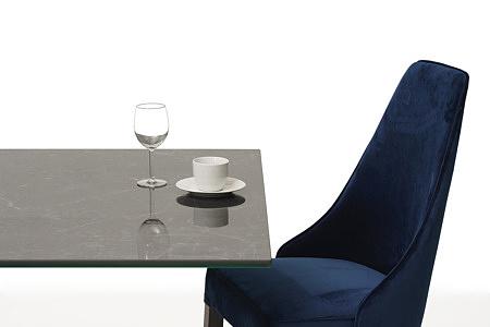 Eleganckie tapicerowane krzesło z drewnianymi nogami z kołatką