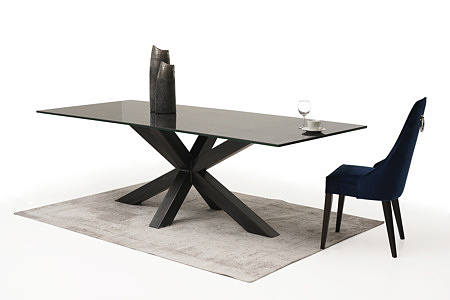 Eleganckie, wygodne tapicerowane krzesło z drewnianymi nogami z kołatką