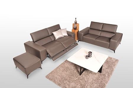 Brązowa Kanapa skórzana do nowoczesnego wnętrza - nadająca niezwykłego designu całemu salonowi - komplet wypoczynkowy 2+2+1 składający się z dwóch kanap 2-osobowych i pufy
