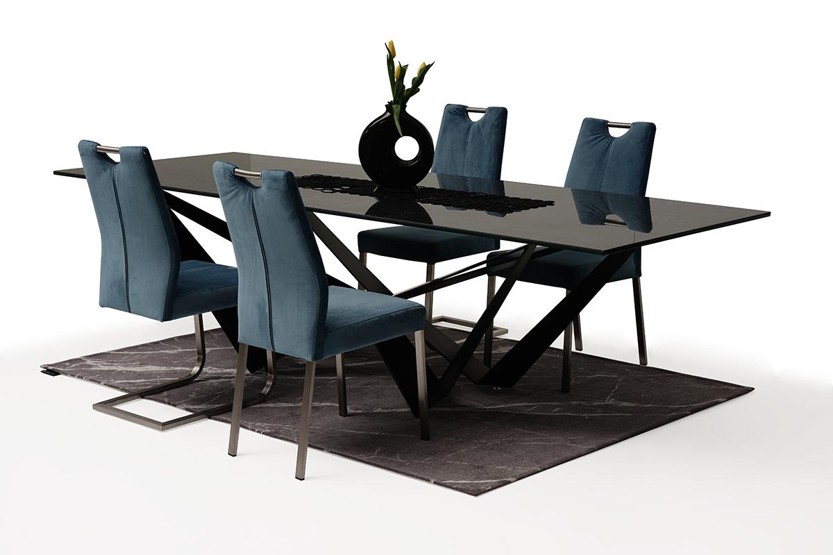 Krzesło tapicerowane na metalowych nogach