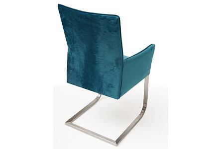ładne i wygodne krzesło tapicerowane z podłokietnikami