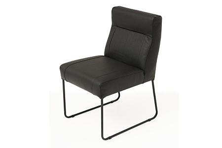 ładne, nowoczesne wygodne krzesło tapicerowane na metalowych płozach