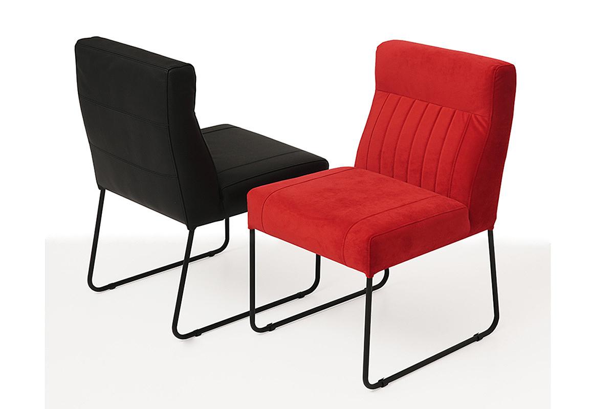 ładne nowoczesne wygodne krzesło tapicerowane na metalowych płozach