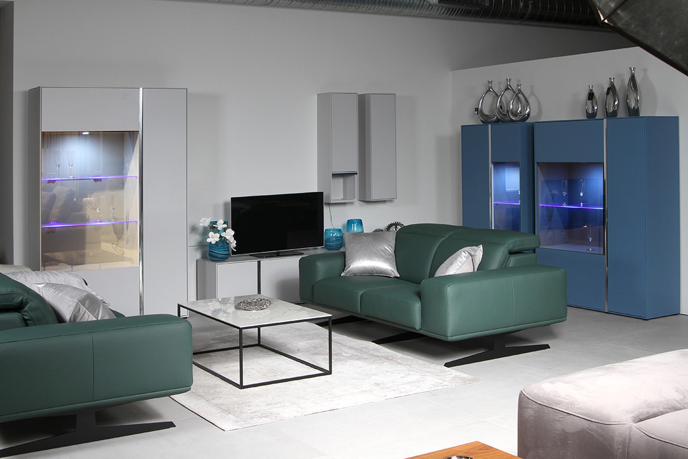 Laguna - pomysł na salon, przykładowa aranżacja salonu z meblami lakierowanymi, szara i niebieska meblościanka lakierowana matowa z przeszkleniem i oświetleniem