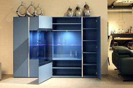 Laguna - szaro-niebieskie meble lakierowane matowe, oświetlenie, szklane półki, przeszklenie frontów szafek