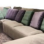 Flavio - nowoczesny narożnik tapicerowny do salonu z poduszkami w kolorze zielonym butelkowej zieleni i fioletowym
