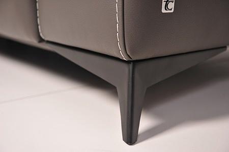Detal wykonania - metalowa czarna noga do sofy, satynowana, matowa