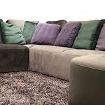 Flavio - narożnik, wypoczynek tapicerowany brązową tkaniną, poduszki fioletowe i zielone butelkowa zieleń