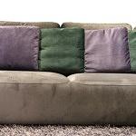 Flavio - nowoczesny design narożnika do salonu z kolorówymi poduszkami fioletowymi i zielonymi na brązowej kanapie