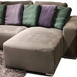 Flavio - nowoczesny brązowy wypoczynek tapicerowany tkaniną z kolorówymi poduszkami na oparciu, poduszki w kolorze fioletowym i zielonym w odcieniu butelkowej zieleni