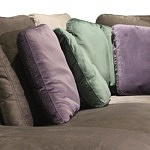 Flavio - poduszkowiec, narożnik do salonu z poduszkami na oparciu, zielone i fioletowe miękkie poduszki, butelkowa zieleń