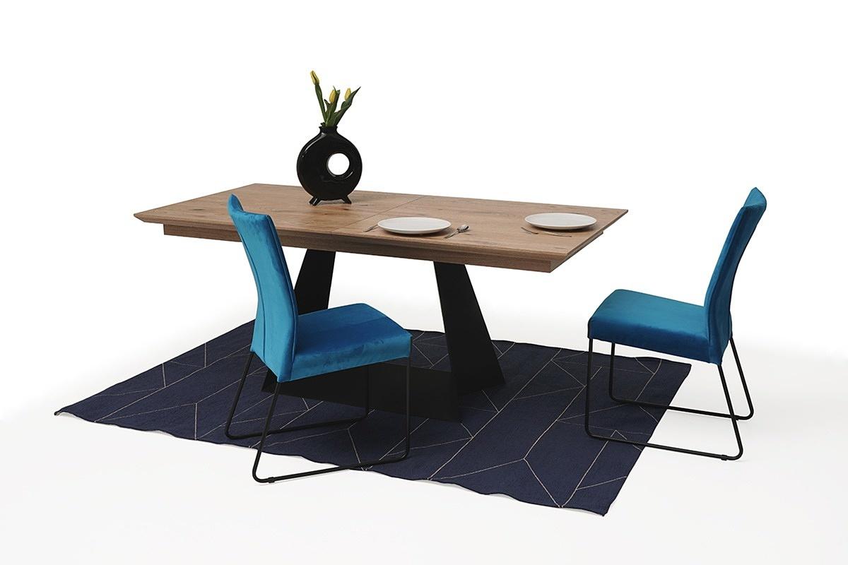 rozciągany stół z drewnianym blatem z metalowymi nogami