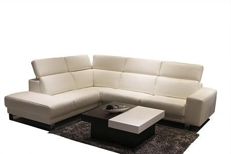 Sapphire II - biały elegancki narożnik skórzany do salonu z dużymi siedziskami, podnoszonymi oparciami, aranżacja salonu z ławą w kolorze białym i brązowym