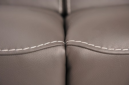 Detal wykonania łączenia siedzisk w sofie