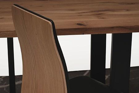 Stół z metalowymi nogami z blatem z drewna01