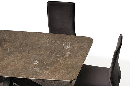stół ze spieku na dużej metalowej nodze 1