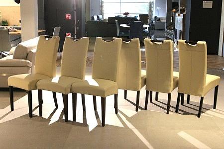 Tapicerowane krzesła z jasną skórą