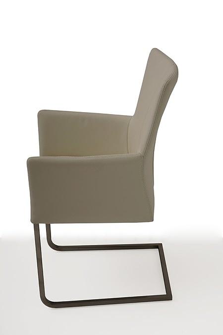 tapicerowane krzesło z metalowymi płozami z podłokietnikami 02
