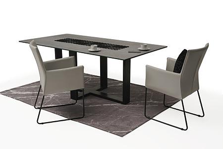 tapicerowane krzesło z metalowymi płozami z podłokietnikami