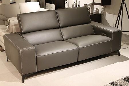 Luksusowa kanapa ze skóry naturalnej, czarna tapicerka z przeszyciem grubą nicią, relax sterowany elektrycznie