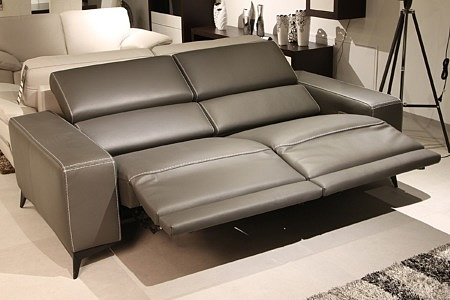 Kanapa ze skóry z możliwością ustawienia siedziska do pozycji leżącej i półleżącej, typu Relax elektryczny