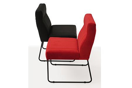 Wygodne i ładne krzesło tapicerowane na metalowych płozach
