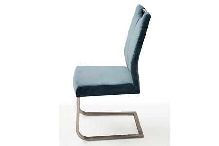 wygodne krzesło tapicerowane na metalowych płozach